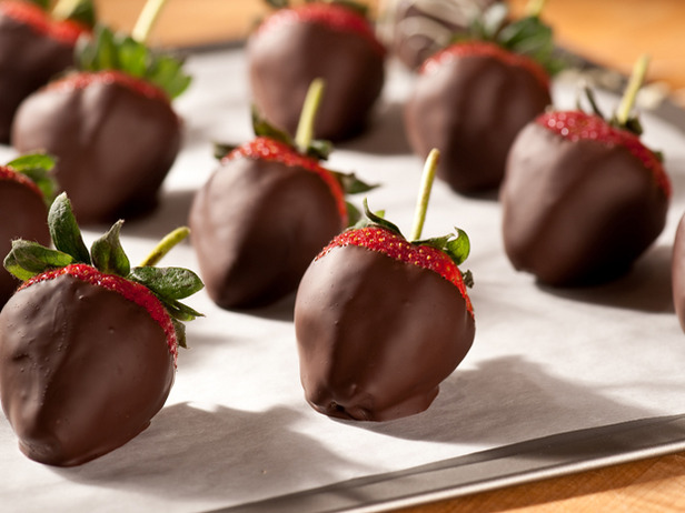 chocolate-dipped-strawberries-oreos-romantic-gift-idea
