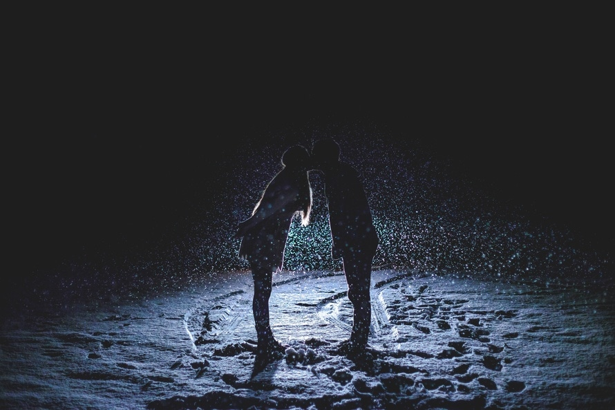 roantic-kissing-snow-long-distance-relationship-ideas-rituals