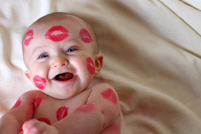 romantic-baby-kissed-gift-package-idea-themes-kiss
