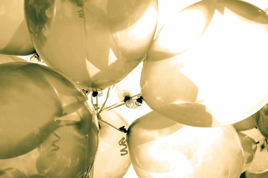 romantic-balloons-dating-gift-wrapping-ideas