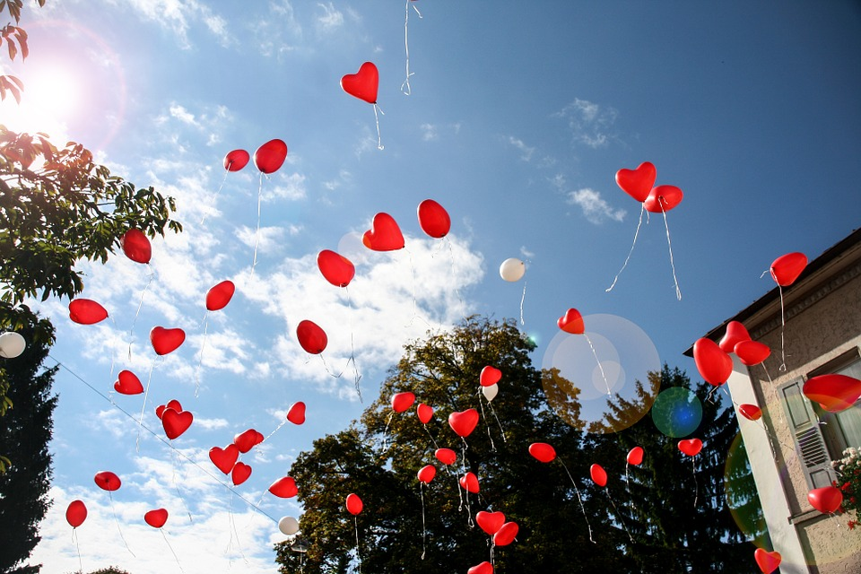 romantic-balloons-outside-of-window-heart-shaped-romantic-gift-idea