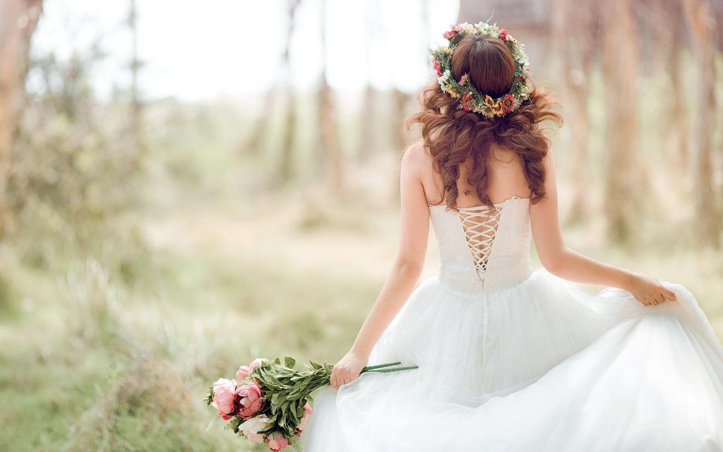 romantic-beautiful-bride-wife-welcome-home-airport-ideas-wedding-dress-flowers