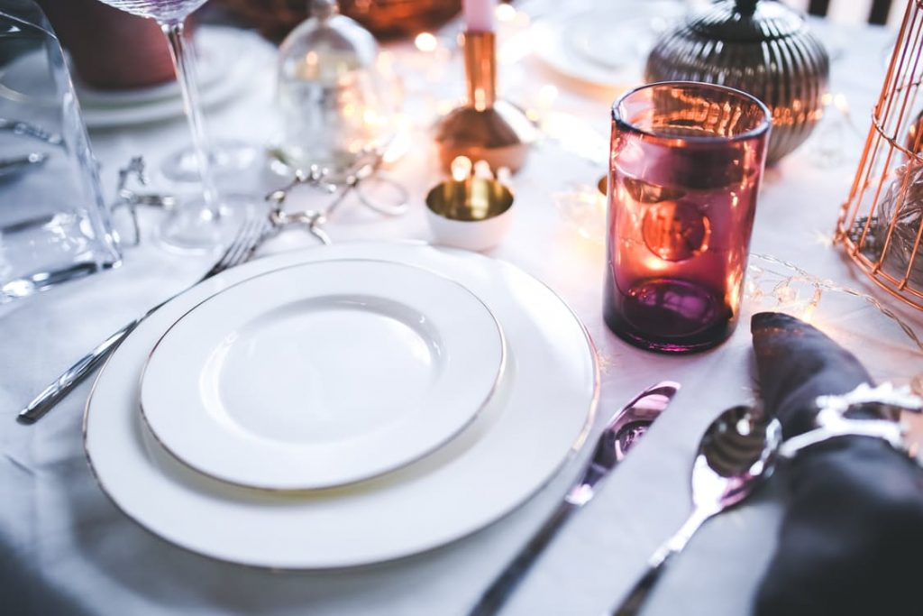 romantic-candle-lit-dinner-lunch-dating-surprise-ideas