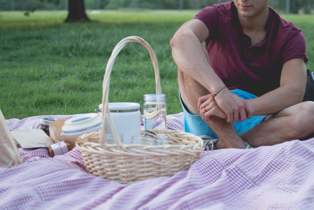 romantic-dating-picnic-ideas-cheap-dates