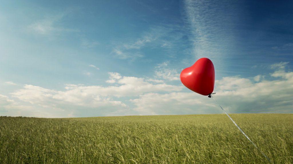 romantic-heart-balloon-in-the-window-romantic-valentines-idea