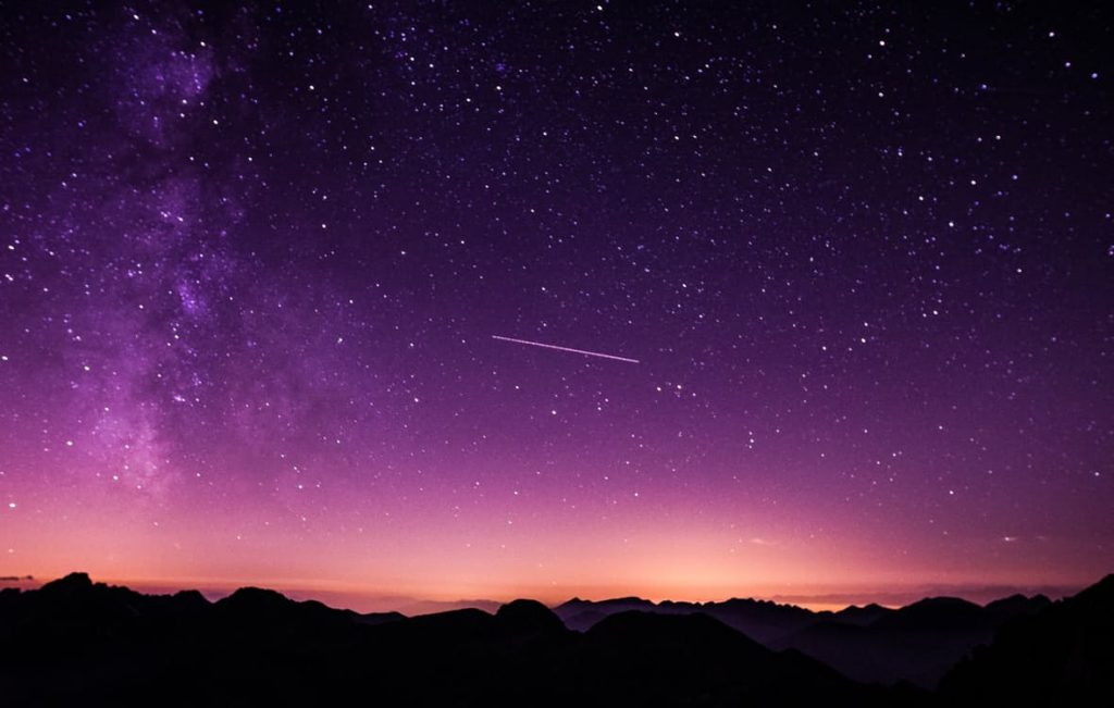 romantic-long-exposure-meteor-shower-date-ideas-cheap-date-couple-night-sky