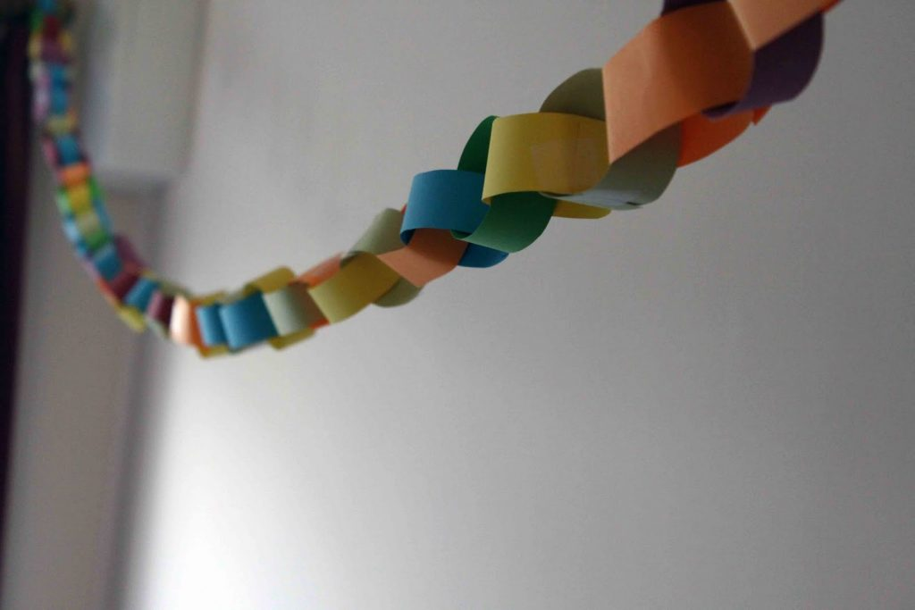 romantic-paper-chain-love-quote-out-of-country-welcome-home-ideas