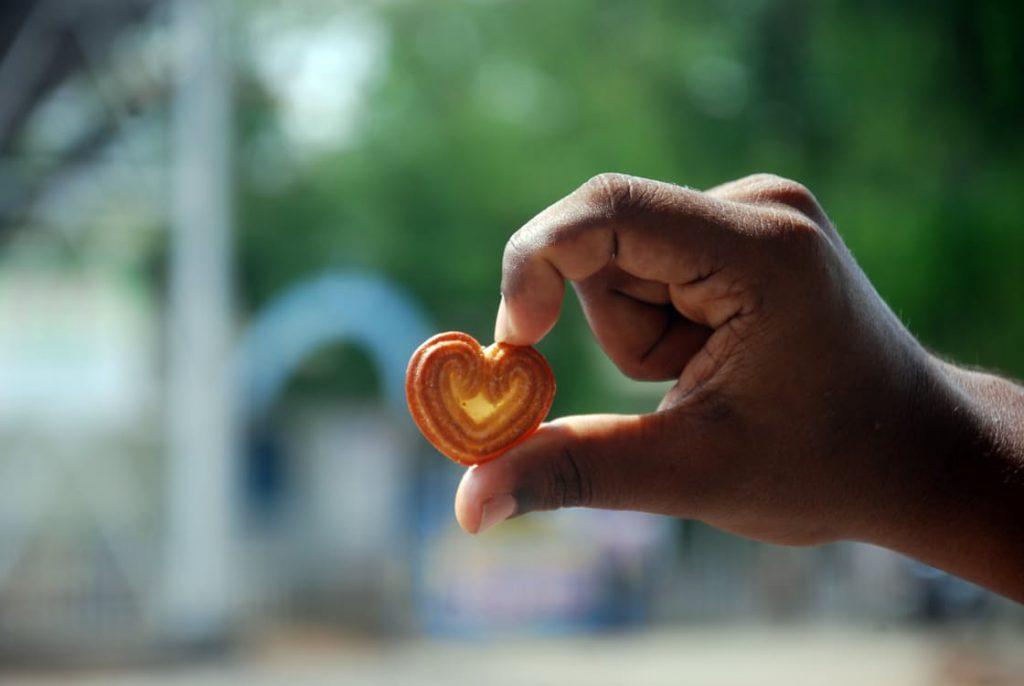 romantic-pregnancy-announcement-ideas-sugar-cookie-heart