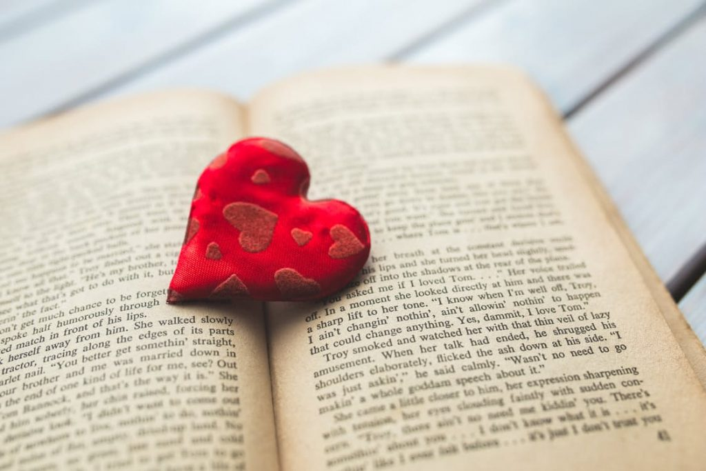 romantic-reading-heart-bath-flowers-idea
