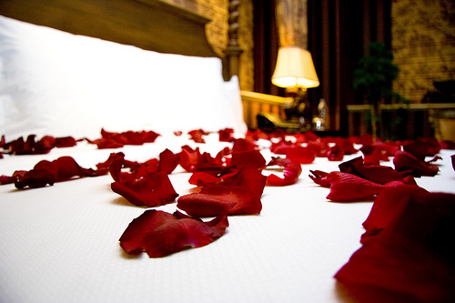 romantic-roses-on-bed-secret-special-delivery-balloons
