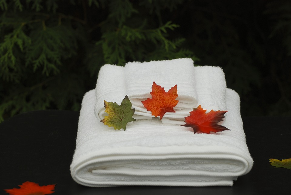 romantic-sensual-bath-ideas-relaxing-dating-ideas-towels-leaves